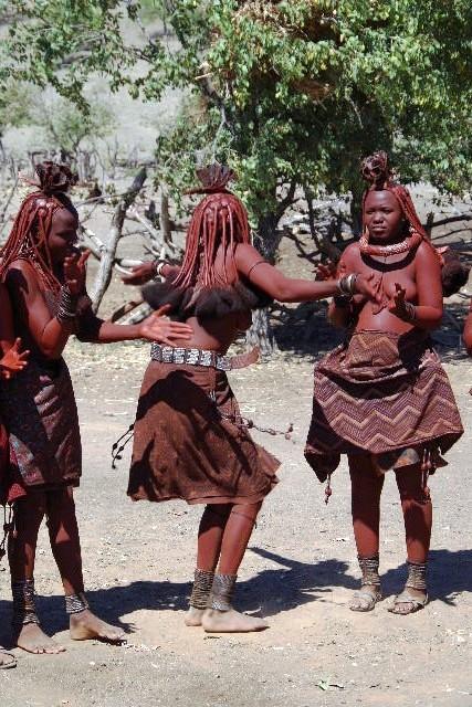 ナミビアの旅(35) 【 ヒンバ族 】  ヒンバ族のダンス_c0011649_2318971.jpg