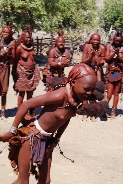ナミビアの旅(35) 【 ヒンバ族 】  ヒンバ族のダンス_c0011649_23315037.jpg