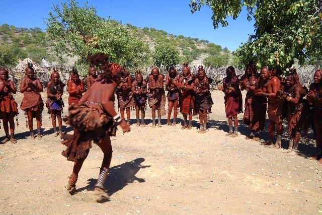 ナミビアの旅(35) 【 ヒンバ族 】  ヒンバ族のダンス_c0011649_2332284.jpg
