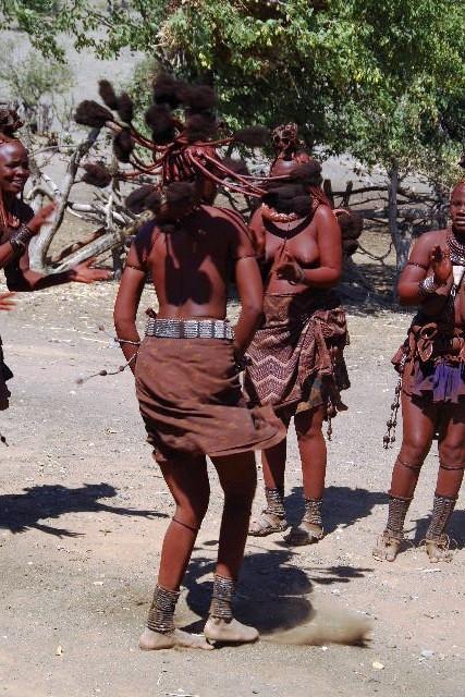 ナミビアの旅(35) 【 ヒンバ族 】  ヒンバ族のダンス_c0011649_23333822.jpg