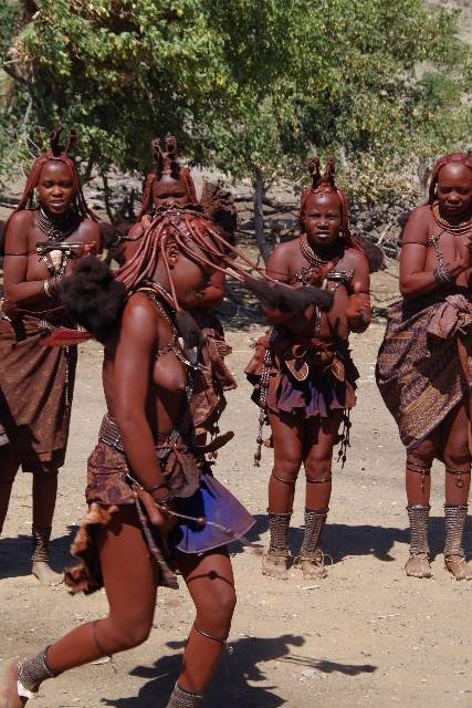 ナミビアの旅(35) 【 ヒンバ族 】  ヒンバ族のダンス_c0011649_2333589.jpg