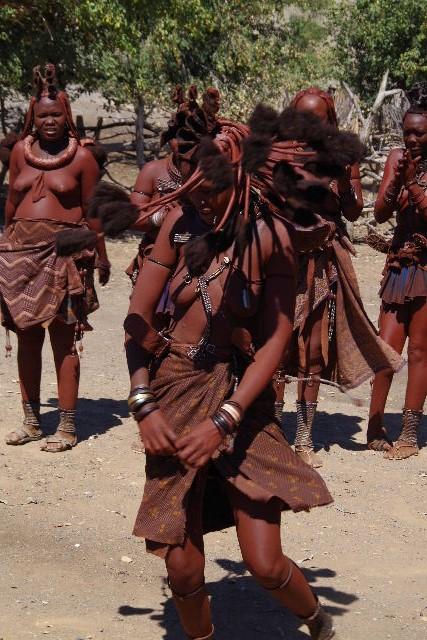 ナミビアの旅(35) 【 ヒンバ族 】  ヒンバ族のダンス_c0011649_2334238.jpg