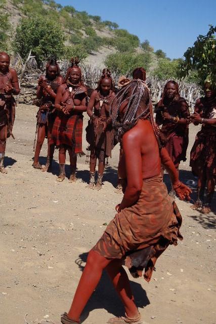 ナミビアの旅(35) 【 ヒンバ族 】  ヒンバ族のダンス_c0011649_23372786.jpg