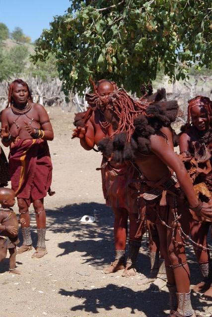 ナミビアの旅(35) 【 ヒンバ族 】  ヒンバ族のダンス_c0011649_2341718.jpg