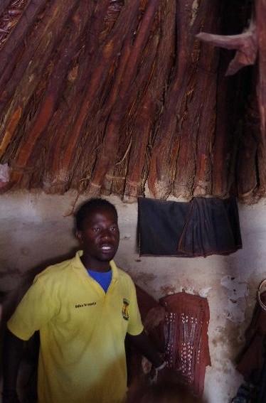 ナミビアの旅(34) 【 ヒンバ族 】 家の中とこども達と土産売り_c0011649_5574818.jpg