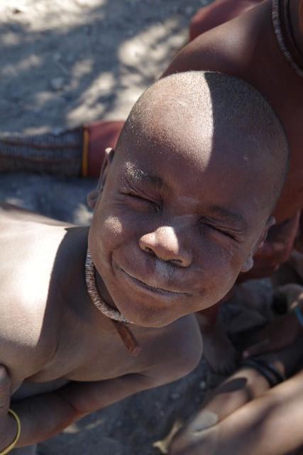 ナミビアの旅(34) 【 ヒンバ族 】 家の中とこども達と土産売り_c0011649_6141930.jpg