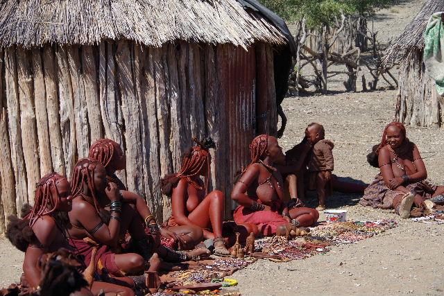 ナミビアの旅(34) 【 ヒンバ族 】 家の中とこども達と土産売り_c0011649_8105880.jpg