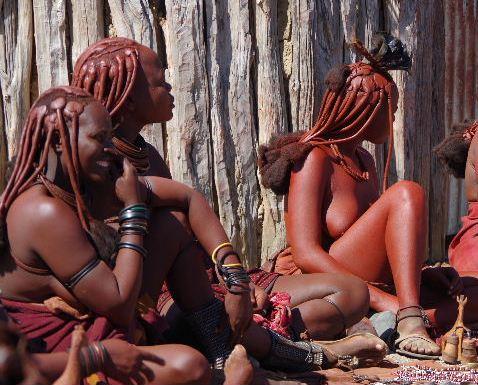 ナミビアの旅(34) 【 ヒンバ族 】 家の中とこども達と土産売り_c0011649_8111964.jpg