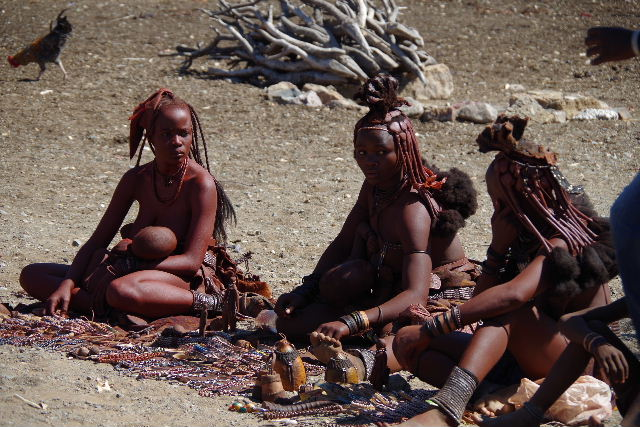 ナミビアの旅(34) 【 ヒンバ族 】 家の中とこども達と土産売り_c0011649_8121131.jpg