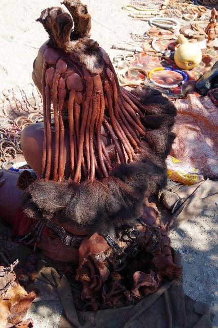 ナミビアの旅(34) 【 ヒンバ族 】 家の中とこども達と土産売り_c0011649_8123773.jpg