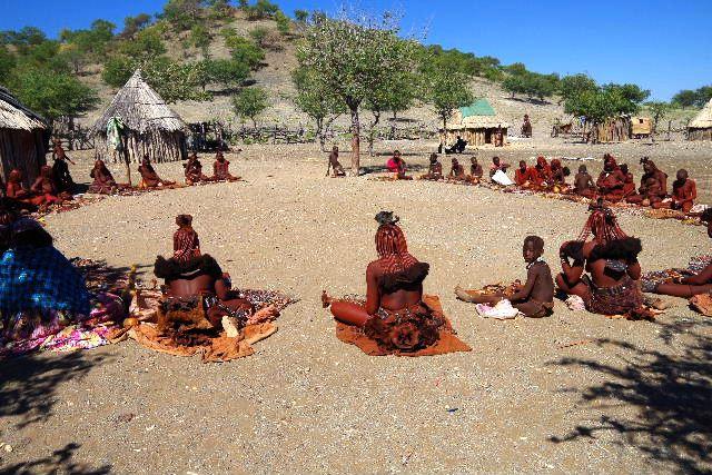 ナミビアの旅(34) 【 ヒンバ族 】 家の中とこども達と土産売り_c0011649_813268.jpg