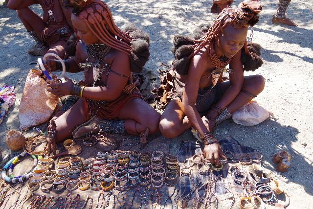 ナミビアの旅(34) 【 ヒンバ族 】 家の中とこども達と土産売り_c0011649_845279.jpg