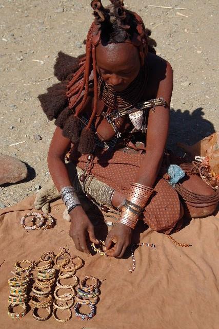 ナミビアの旅(34) 【 ヒンバ族 】 家の中とこども達と土産売り_c0011649_852268.jpg