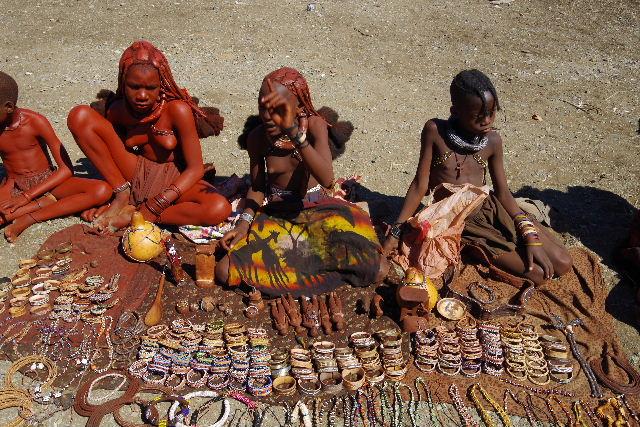 ナミビアの旅(34) 【 ヒンバ族 】 家の中とこども達と土産売り_c0011649_854040.jpg