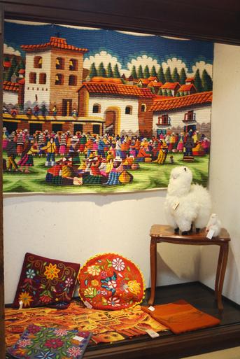 蔵織では4回目となる、ペルーの松田イメルダ・手編みアルパカ展が好評開催中です。_d0178448_9442460.jpg