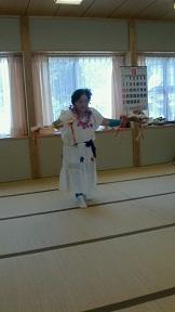 仮設住宅住民が踊りを披露_d0003224_14411470.jpg