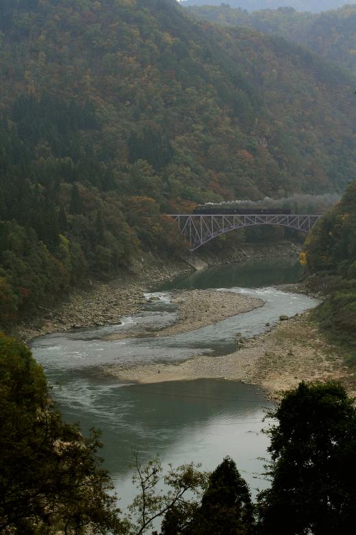 只見川の川底を見下ろして汽車が走る - 2013年秋・只見 -  _b0190710_23572728.jpg