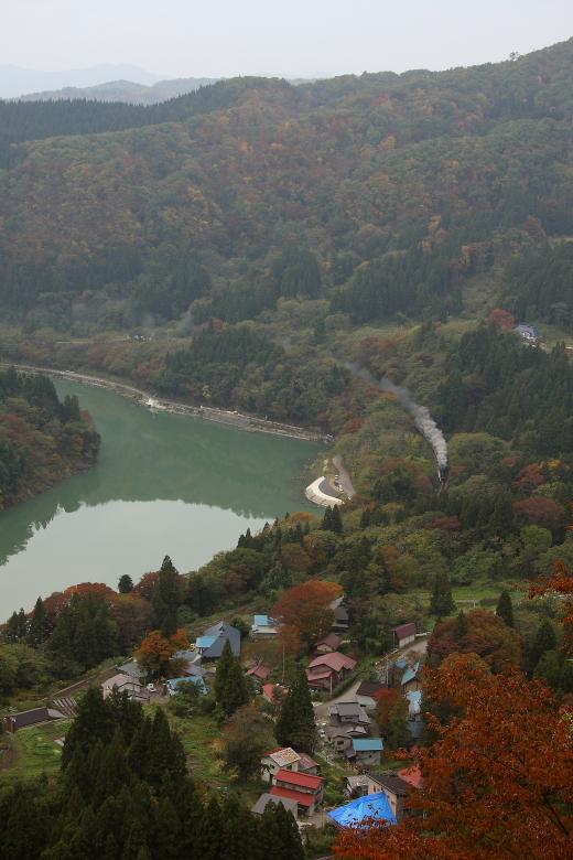 彩りの山と緑の川と赤や青の屋根と白い煙の風景 - 2013年秋・磐西 -  _b0190710_714977.jpg