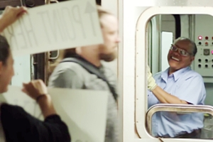 NYの地下鉄の車掌さんに笑顔になってもらう実験?! The New York Subway Signs Experiment_b0007805_47294.jpg