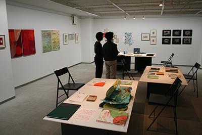 手作り絵本「13人の机から」展が開催中です!_f0171840_16462875.jpg