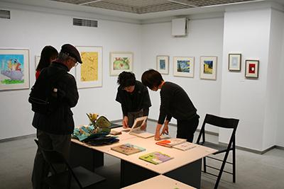手作り絵本「13人の机から」展が開催中です!_f0171840_16473976.jpg
