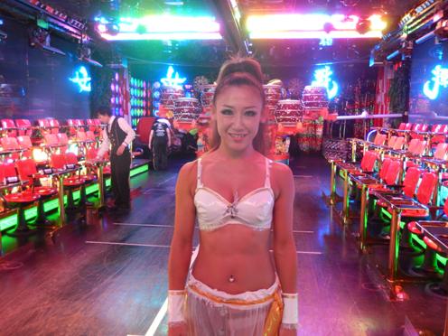 歌舞伎町の「ロボットレストラン」はなぜ外国客であふれているのか?_b0235153_15195224.jpg