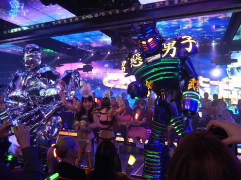 歌舞伎町の「ロボットレストラン」はなぜ外国客であふれているのか?_b0235153_15243653.jpg