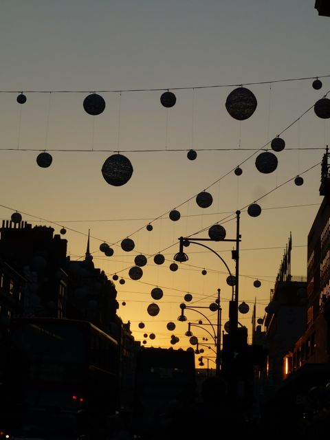 クリスマスライト点火前のロンドン_f0096017_17491944.jpg