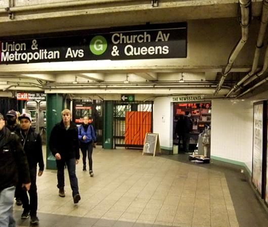地下鉄の駅構内にある売店が自費出版本の本屋さんに変身?! The Newsstand_b0007805_13121545.jpg