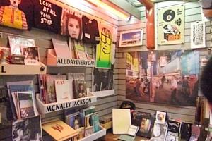地下鉄の駅構内にある売店が自費出版本の本屋さんに変身?! The Newsstand_b0007805_1312325.jpg