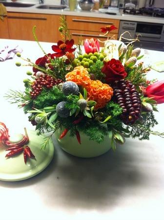 フラワーレッスン・・・バラと実もののパリ風アレンジ♪ &12月Xmasリースレッスン!_f0141419_8261354.jpg