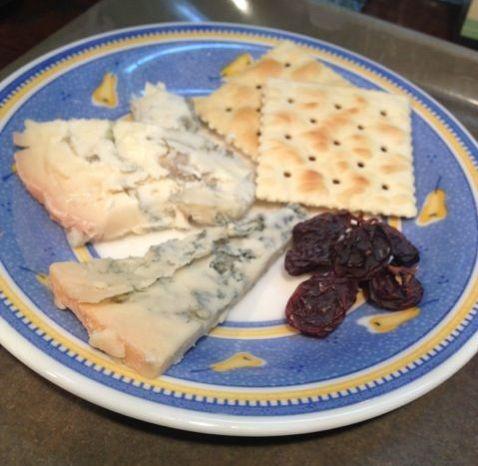 ヌーヴォに合わせて♪今月のチーズはゴルゴンゾーラ ピカンテ&ドルチェの2種食べ比べ♪口休めにスペインマラガ産のドライレーズンを♪_c0069047_20554424.jpg
