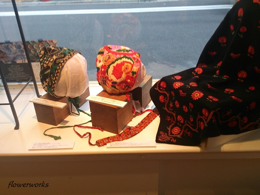 「イーラーショシュとカロタセグのきらめく伝統刺繍」展12月1日が最終日です。_a0122148_0182916.jpg