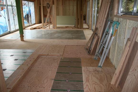 「田舎で暮らすスローハウス」床暖房が入りました。。11月26日_e0215179_17472952.jpg