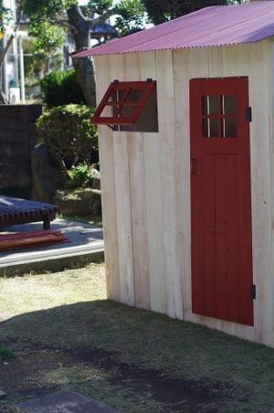 赤い屋根の小屋。_e0060555_1857812.jpg