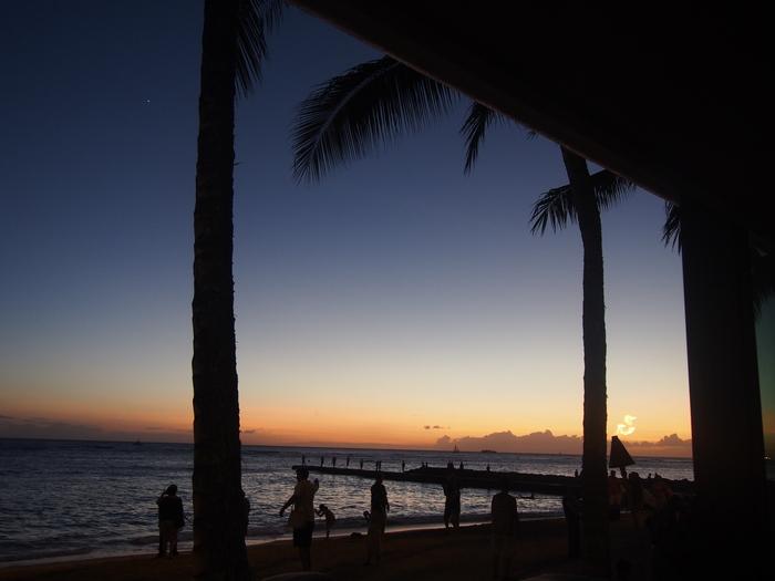 2013 10月 ハワイ(32)  夕飯を調達して 夕陽をみて 花火にそなえる_f0062122_105091.jpg