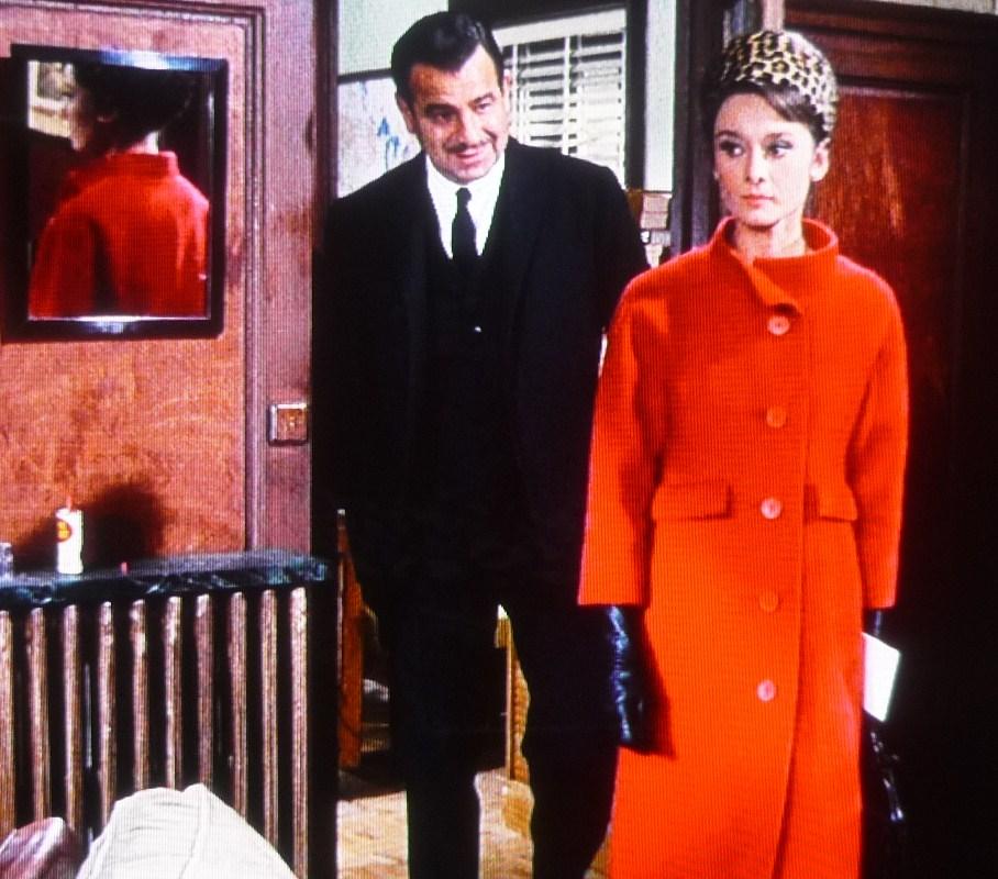 赤いコートのオードリー・ヘプバーン
