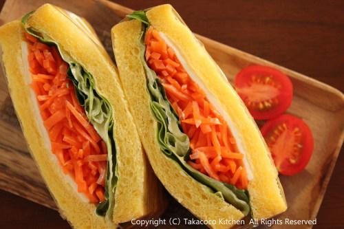 かぼちゃの角食で、にんじんとチーズのサンドイッチ!_a0165538_9451110.jpg