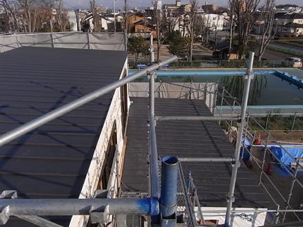 『プールサイドの家』 屋根板金工事が完了。_e0197748_17445970.jpg