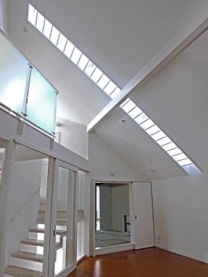 """""""自然と対話する家""""・・・光が降り注ぐ階段室の演出_e0010418_10255839.jpg"""