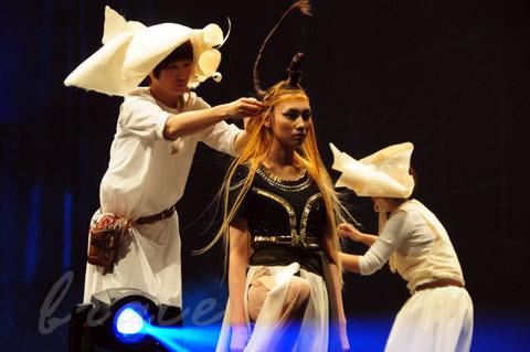 【CONTEST】SPC全日本理美容選手権 決勝大会2013 アーティスティックで華麗なヘアショーステージ!_c0080367_13540559.jpg