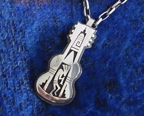 Hopi族のBerra Tawahongva製作の「Guitar型Pendant」!_e0053731_185116.jpg