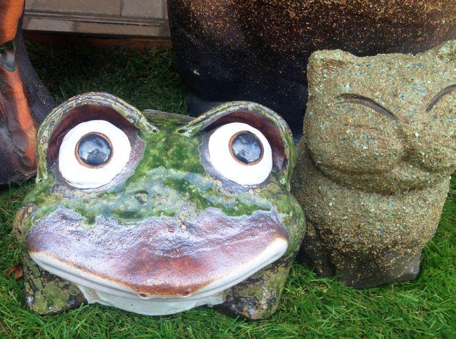 カエルのヤキモノ ネコの彫刻_a0163788_20513842.jpg