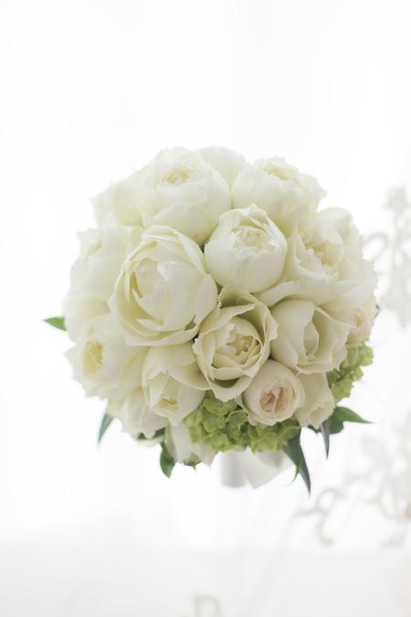 白いバラのラウンドブーケ アニヴェルセル表参道様へ_a0042928_2293643.jpg