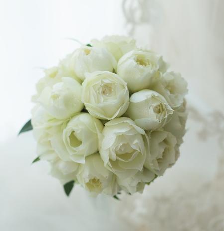 白いバラのラウンドブーケ アニヴェルセル表参道様へ_a0042928_2334017.jpg