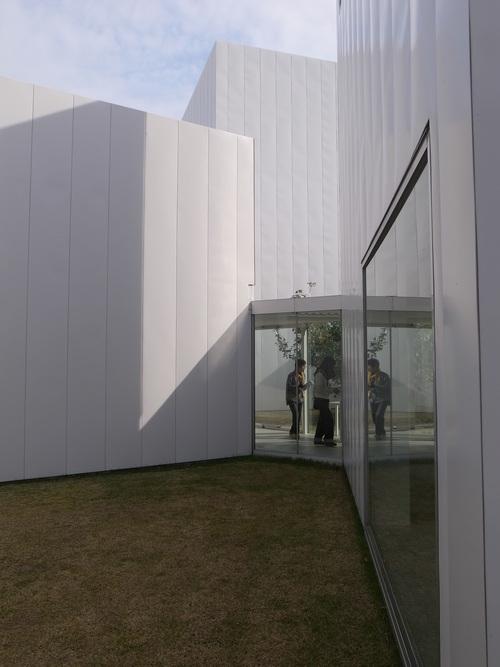 十和田市現代美術館_b0091545_21313696.jpg