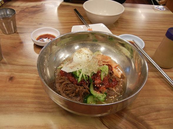 ビビン冷麺とマンドゥー_b0129725_16230933.jpg