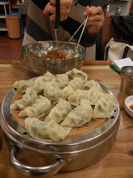 ビビン冷麺とマンドゥー_b0129725_16234513.jpg