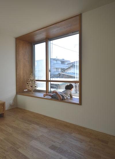 出窓のある居間と小上がりの書斎_b0183404_1957326.jpg