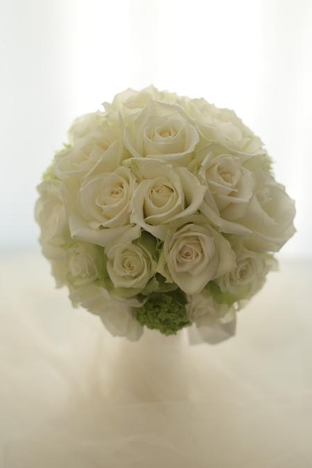 ラウンドブーケ ザ・ペニンシュラ東京様へ 正統派の白バラのブーケ _a0042928_17221413.jpg